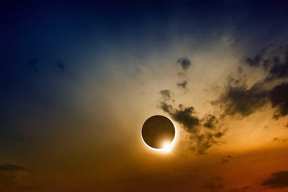 På måndag kan amerikaner uppleva en total solförmörkelse.