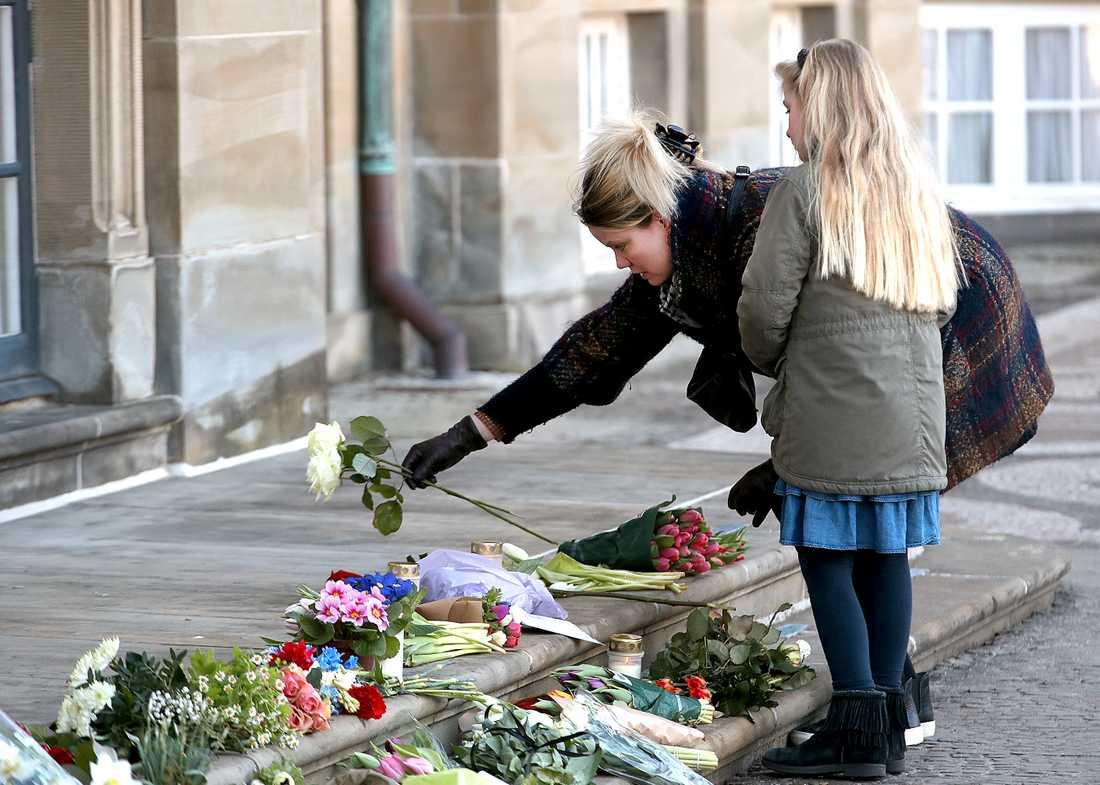 Sörjande människor lämnar blommor vid slottet Amalienborg i Köpenhamn.