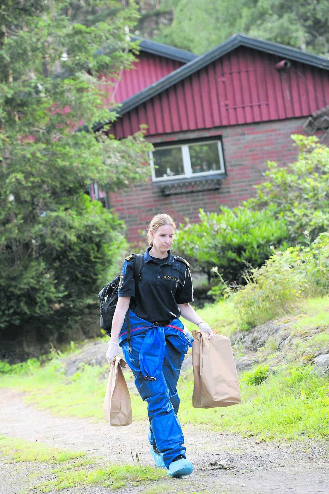 jakt efter spår Huset där Marina Johansson bor undersöktes under flera timmar.
