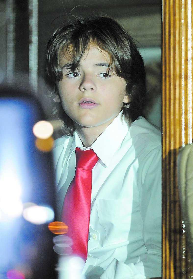 Sonen Prince Michael lämnar begravningen.