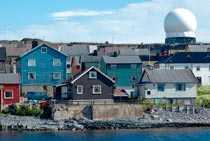 Stora militära radarägg reser sig tre gånger högre än övrig bebyggelse