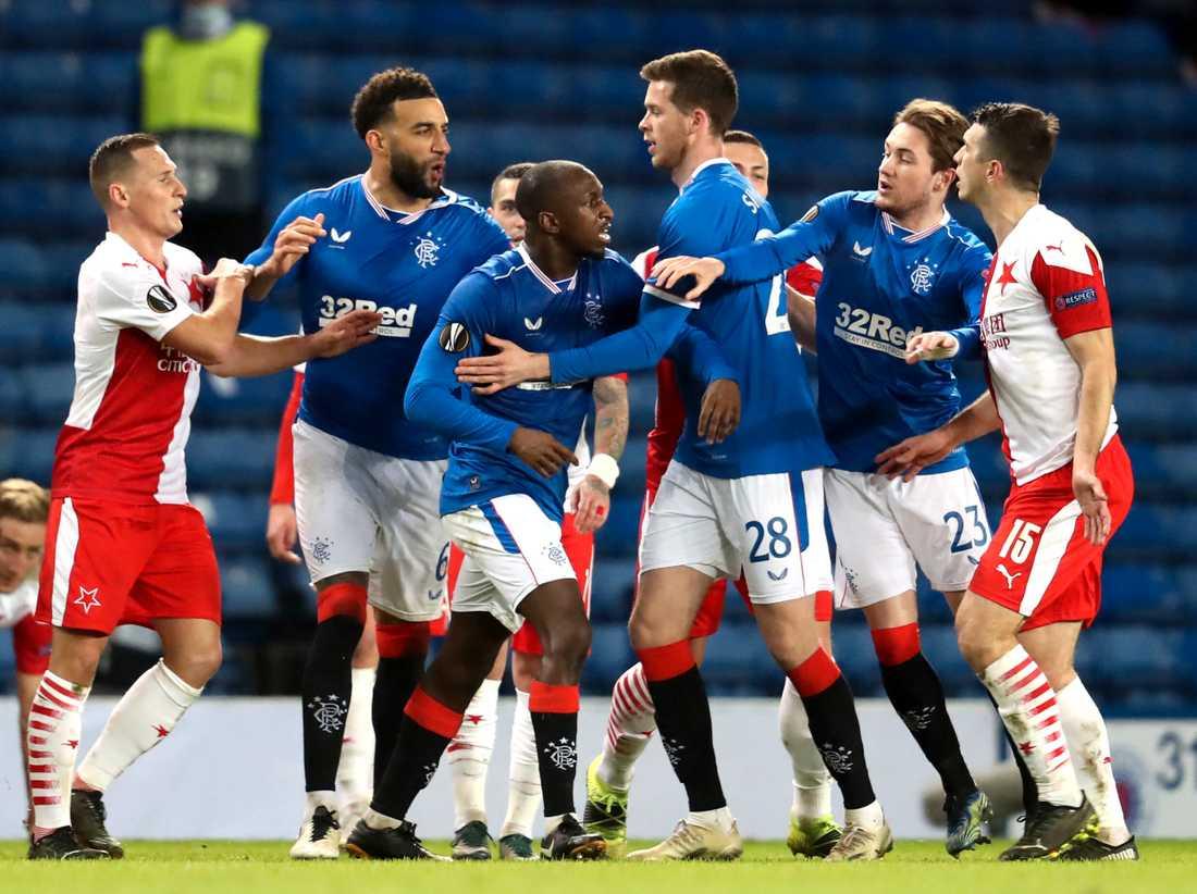 Glen Kamara (andra blåklädda från vänster) blev utsatt för en rasistisk under Europa League.
