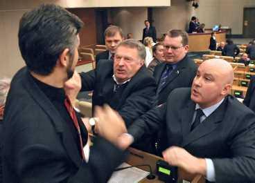 Zjirinovskij attackerar en riksdagskollega under ett bråk i duman år 2005.