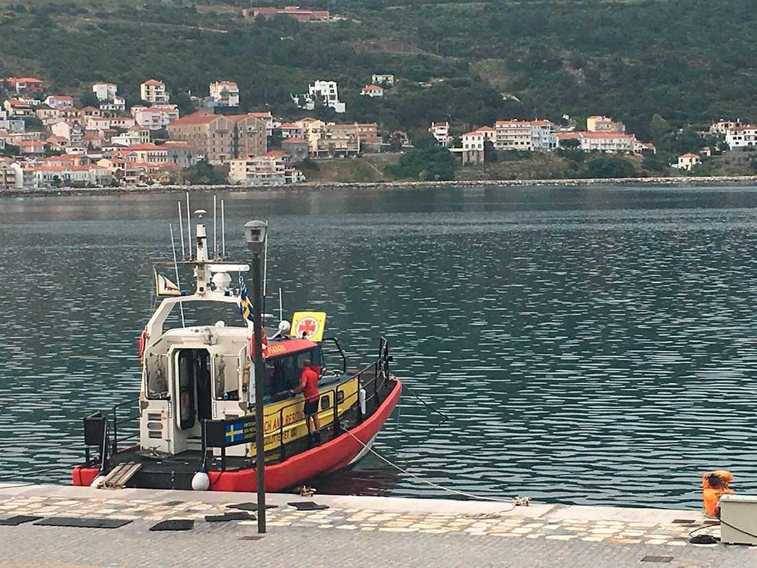 Frivillige sjöräddaren Tommy Törling, 53, insatsledare vid Gästrike räddningstjänst, putsar fönstren på båten.w