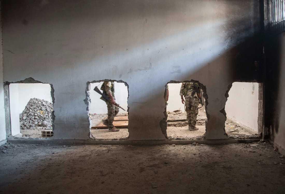 Den USA-stödda SDF-milisen söker igenom en byggnad som använts av terrorgruppen IS. Arkivbild.
