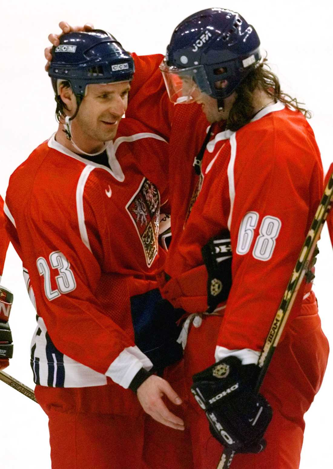 Jagr och Milan Hejduk kramas om efter ett mål i OS 1998.