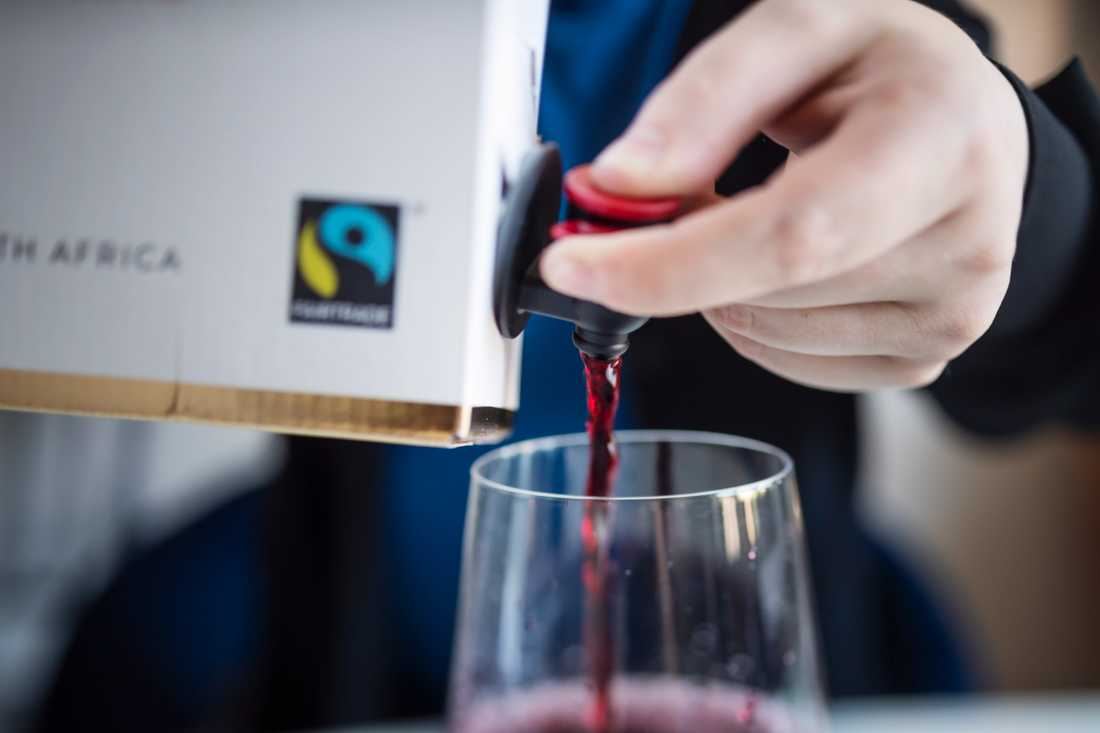 Svenskarna drack nästan nio liter ren alkohol per person i fjol, och det mesta köps på Systembolaget. Arkivbild.