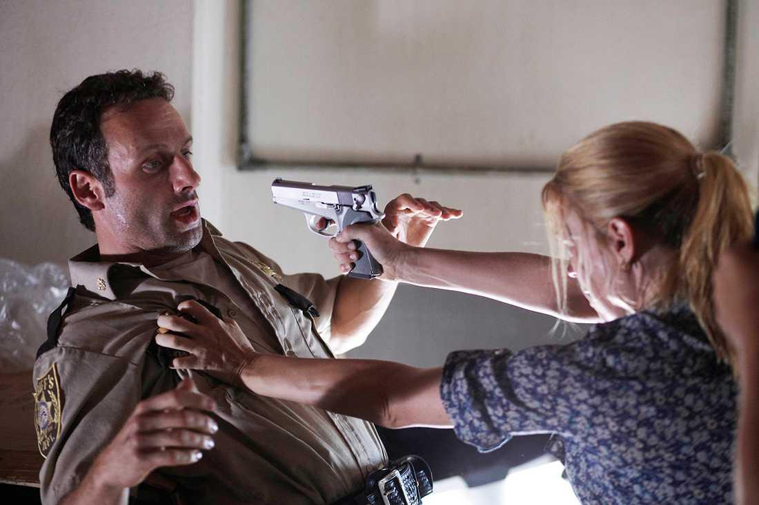 """Andrew Lincoln som Rick Grimes och Laurie Holden som Andrea i en scen ur första säsongen av """"The walking dead""""."""
