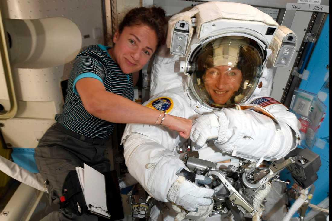 Astronauterna Christina Koch, till höger, och Jessica Meir förbereder sig för fredagens rymdpromenad. Bilden tagen den 4 oktober.