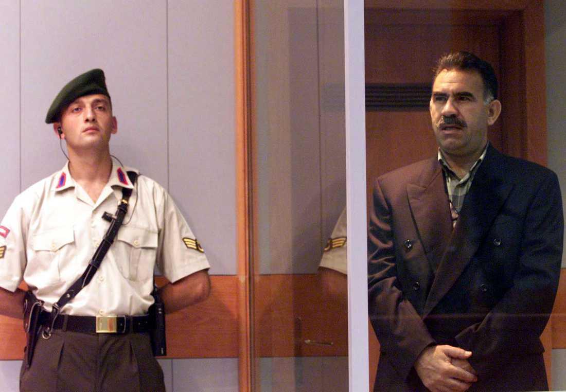 Abdullah Öcalan, t.h., under sin rättegång 1999. Arkivbild.