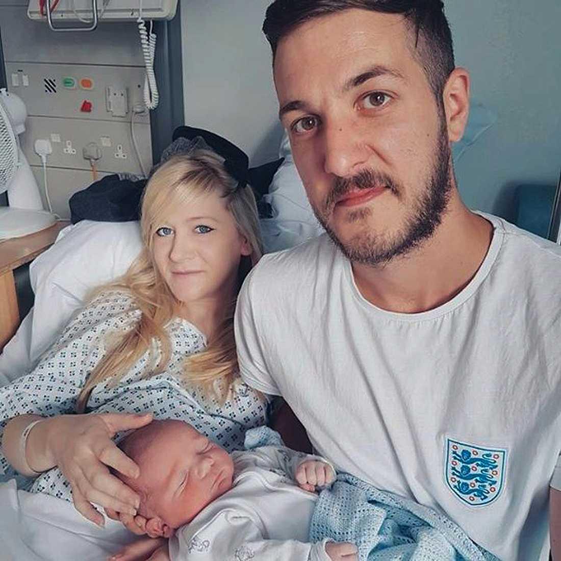 Chris Gard och Connie Yates med deras son Charlie, 11 månader) Gard på Great Ormond Street Hospital, i London.