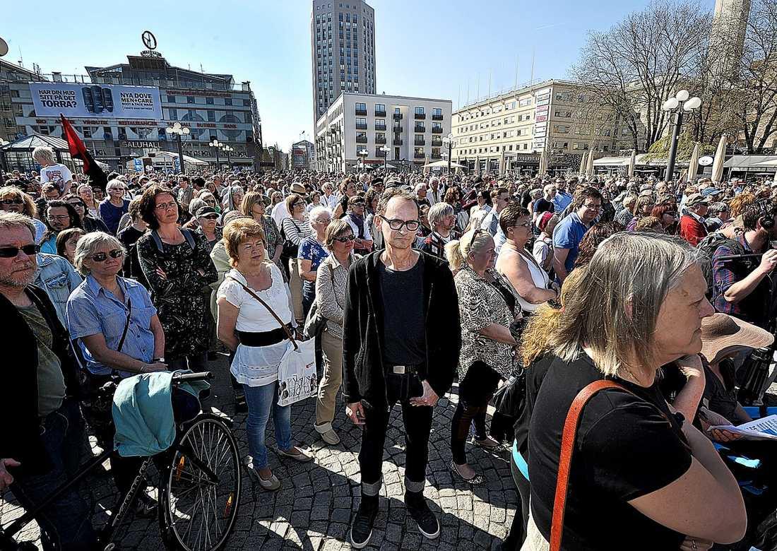 UPPROP Protestmöten mot sjukförsäkringsreglerna hölls i 29 svenska städer i går. I Stockholm talade utförsäkrade tv-kocken Erik Videgård.