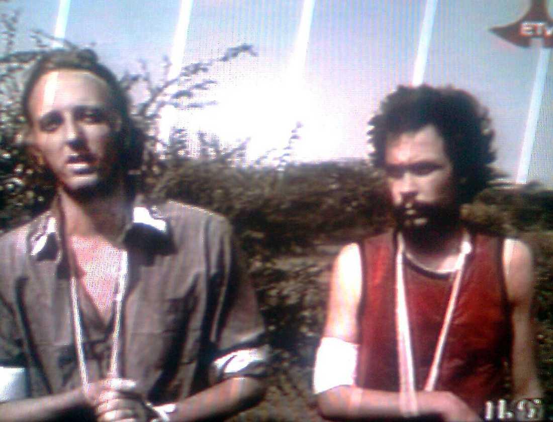 SKADADE OCH TRÖTTA De två gripna journalisterna Johan Persson och Martin Schibbye visades i går upp i etiopisk tv. Själva fick de inte komma till tals men såg ut att vara trötta och skadade.