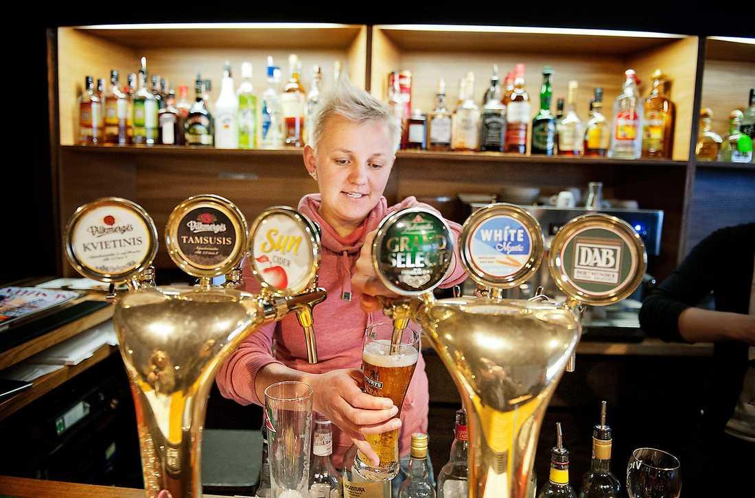 Indre Poskaityte serverar öl till konstnärer på hippa SMC/CAC.