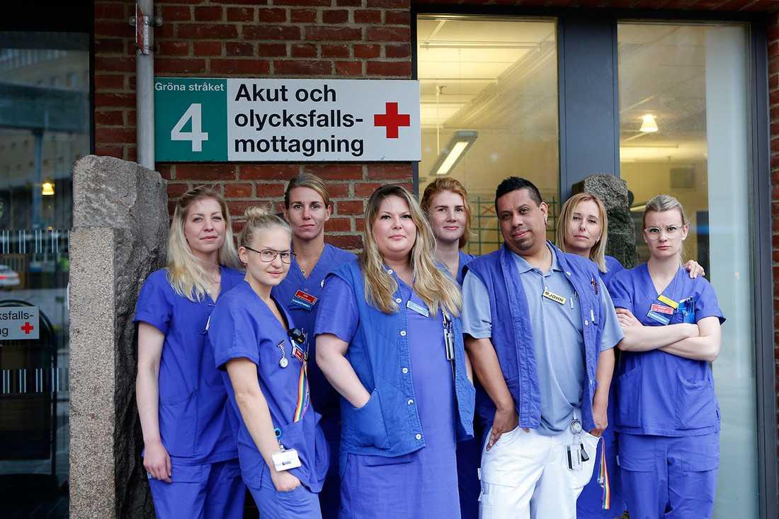 På akutmottagningen, där man tar emot skadade och sjuka dygnet runt, gror missnöjet bland de anställda.