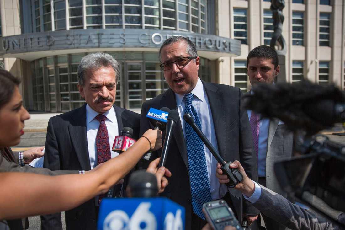 Keith Ranieres försvarsadvokater Mark Agnifilo, i mitten, och Paul DerOhannesian, till vänster. I nuläget pågår rättegången mot Raniere som varit med och grundat Nxivm, en kontroversiell självhjälpsgrupp som i medier beskrivs som en sexsekt.