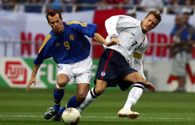 På planen var han lika het. Här i duell med Englands David Beckham. Matchen slutade 1-1. Sverige tog sig vidare till slutspel efter bragdmatchen mot Argentina.