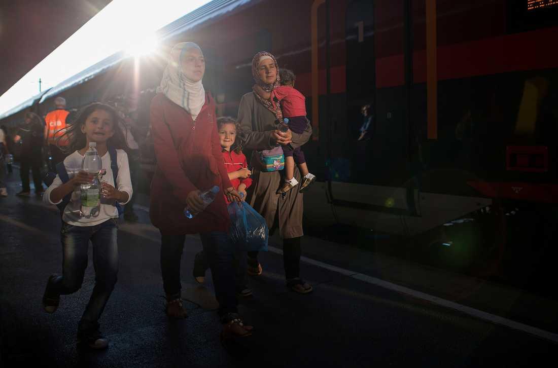 När Dublinförordningen i veckan rasade började Ungern låta flyktingar stiga på tåg mot Österrike.