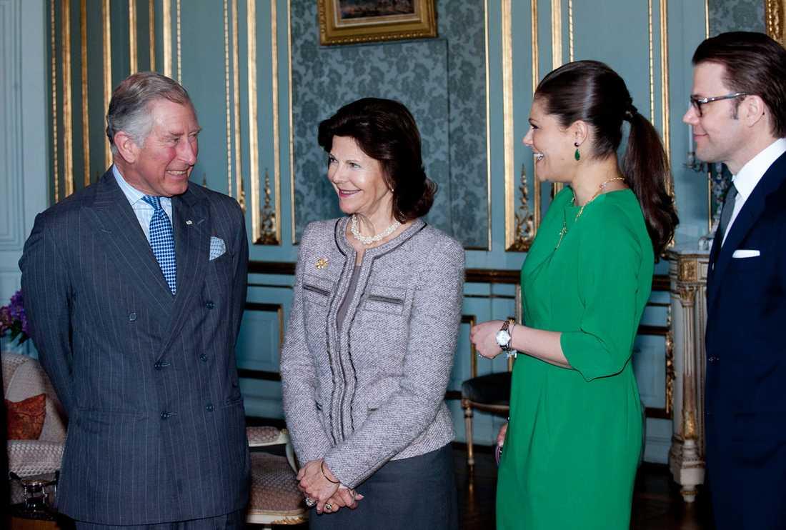 Prins Charles ser lite pillemarisk ut.
