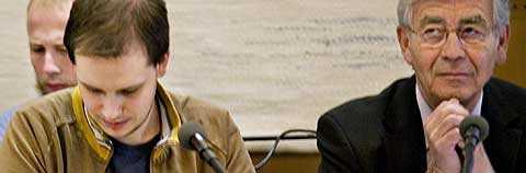 Peter Sunde Kolmisoppi med sin advokat, Peter Althin, bredvid sig. Foto: Scanpix