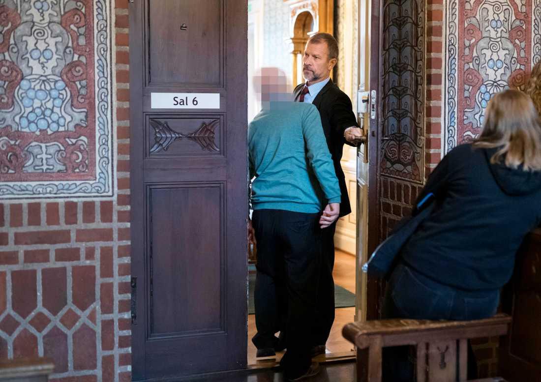 Försvarsadvokat Ulrik Smedberg med sin klient vid rättegången i Borås tingsrätt.