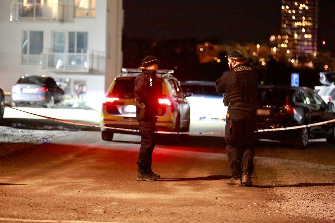 En man har hittats skjuten i en bil i Rinkeby i Stockholm.
