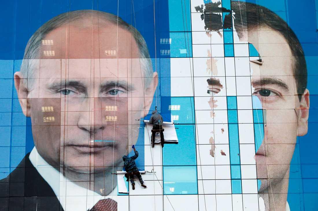 Putin och Medvedev I staden Krasnodar täcks en byggnad med jättelik affisch.