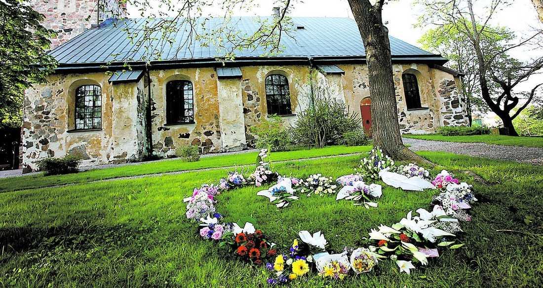 ETT HJÄRTA FÖR DE SAKNADE Blommorna placerades ut i ett hjärta utanför S:t Nikolaikyrkan i Arboga efter begravningen.