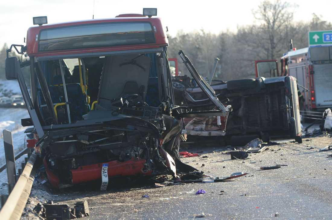 Föraren i personbilen dog och busschauffören skadades svårt.