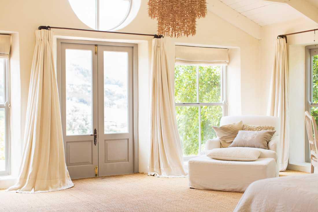 Att ha för korta eller långa gardiner är ett klassiskt misstag när det gäller att hänga upp nya gardiner hemma.
