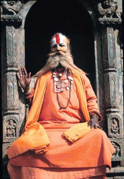En helig man vid ett tempel i Himalaya.
