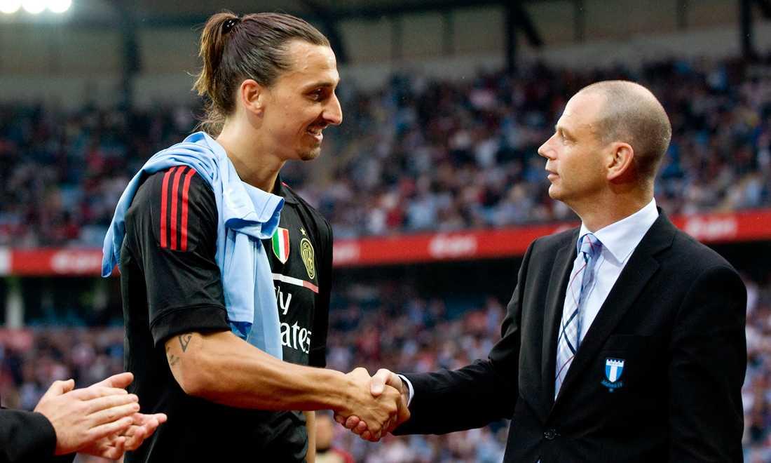I juli 2011 återvände Zlatan till sitt kära Malmö för vänskapsmatch med Milan. Han fick bland annat en MFF-tröja och hälsar här på Malmös ordförande Håkan Jeppsson.