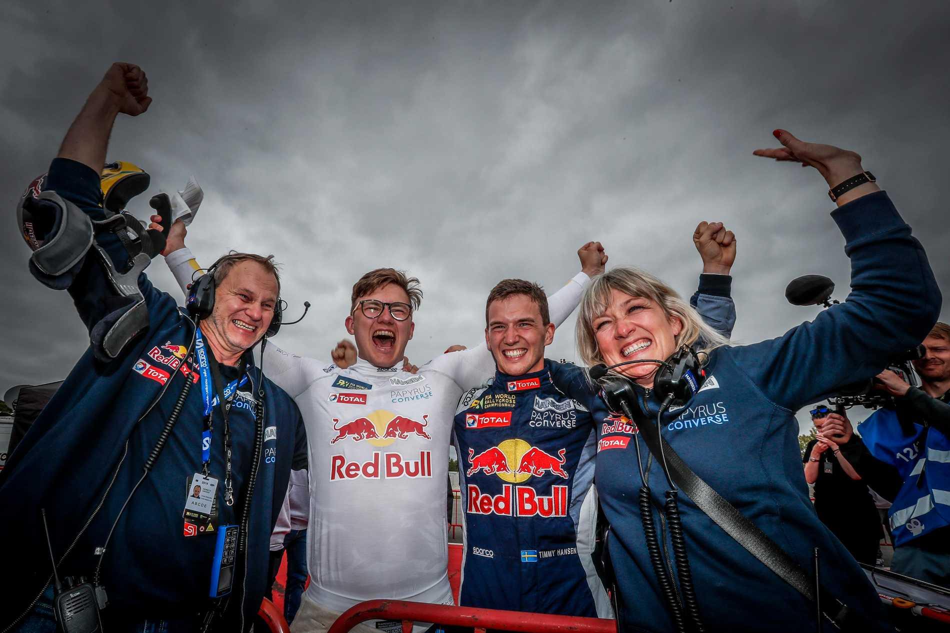 Familjen Hansen slåss om VM-titeln i rallycross. Pappa Kenneth är stallchef, bröderna Kevin och Timmy tävlar mot och med varandra, samt mamma Susann som också jobbar inom teamet.