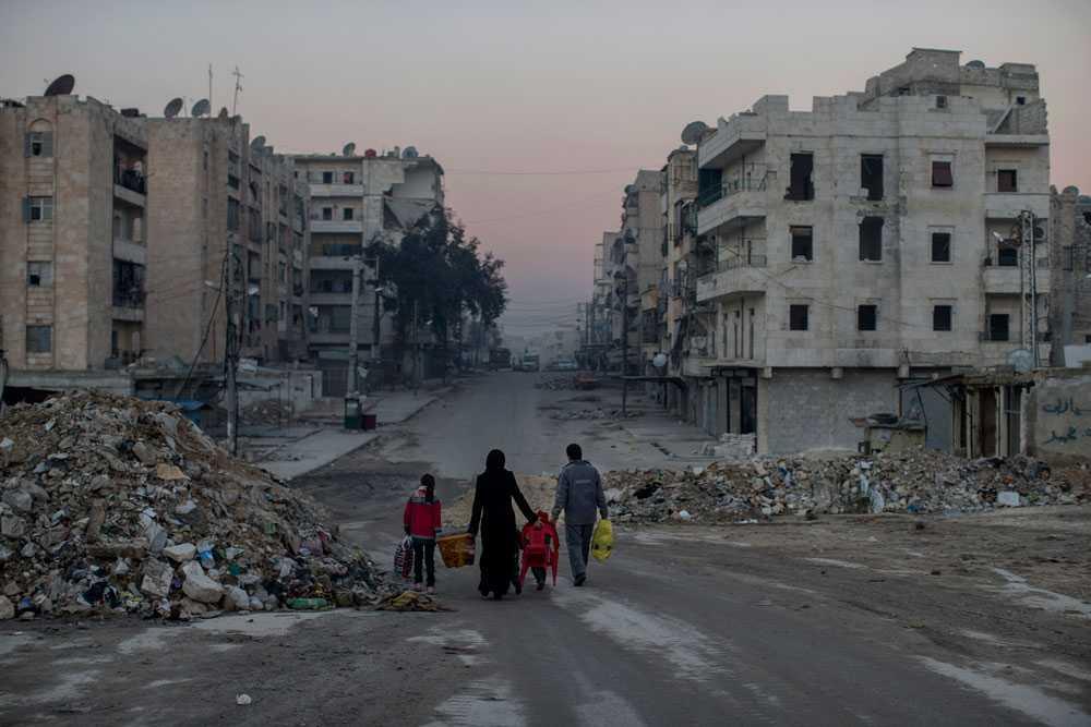 NICLAS HAMMARSTRÖM En familj på gatan i ett skymmande Aleppo. Kanske är dom på väg hem.