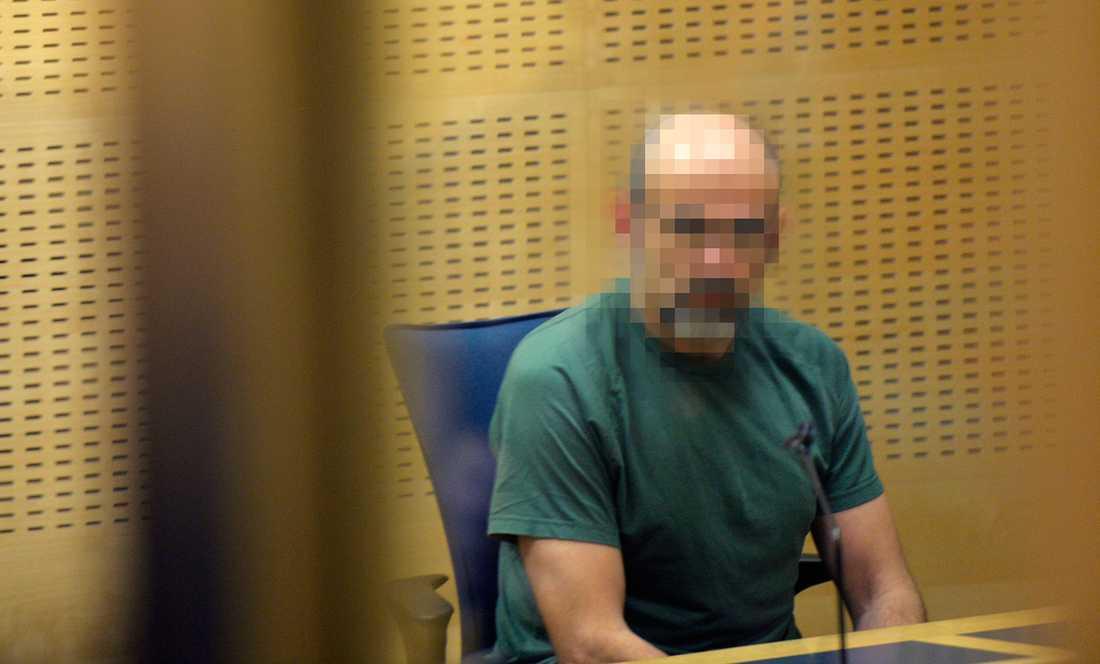 Inne i rättegångssalen satt mannen i Kriminalvårdens gröna kläder. Enligt Aftonbladets reporter såg han lugn och avspänd ut.