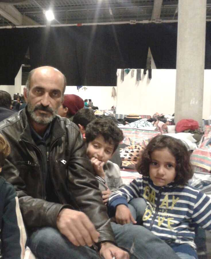 Basim Salim med sin 10-åriga dotter Balsar och 6-åriga dotter Ali. Basim Salim beskriver Malmömässan som ett fängelse.
