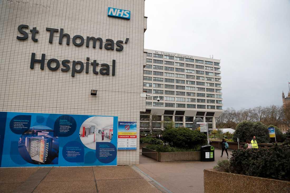 Den brittiske premiärministern Boris Johnson vårdas på St Thomas' Hospital i Westminster i London.