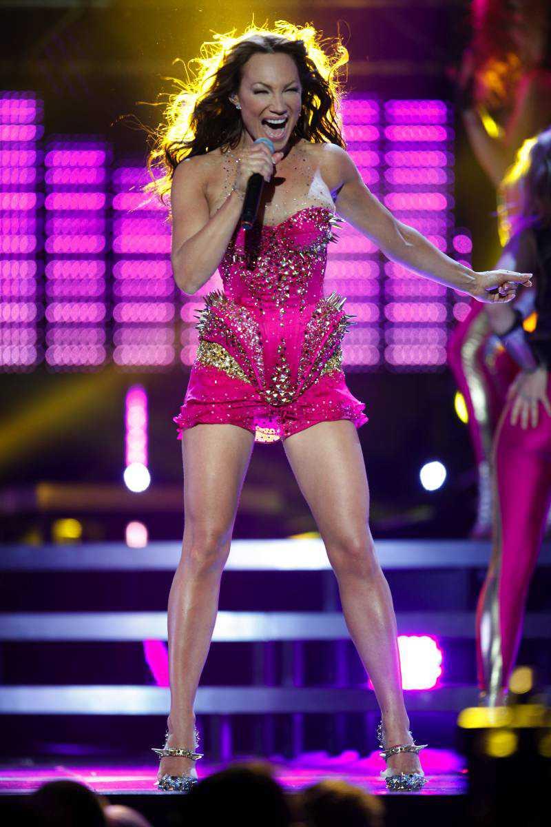 """""""The girl"""" - Charlotte Perrelli: +++ Det börjar med en kulört färgchock. Färgerna är inspirerade av Madonnas album """"Confessions on a dancefloor"""" från 2005. Charlotte Perrelli gör inte en ny """"Hero"""". """"The girl"""" är inte en lika stark låt. Men få svenska artister kan göra lika bra schlagerdisco av sju meter höga klackar, en bildskärm med flaxande vingar, ett dyrt klädstycke som skulle kunna ruinera en sultan och klocktickandet från """"Mamma mia"""" med ABBA."""