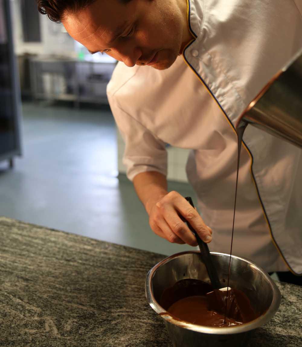 Rör den smälta chokladen så att den svalnar.