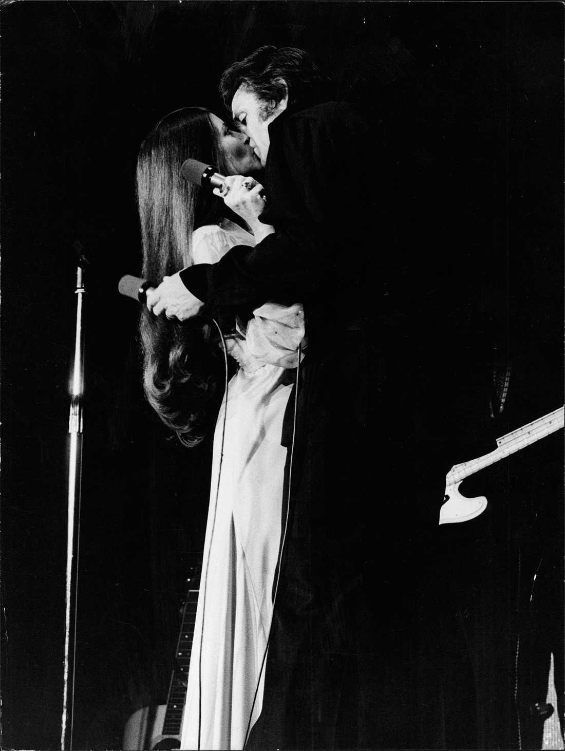 June Carter Cash och Johnny Cash under ett uppträdande på Hamburger Börs i Stockholm 1976.