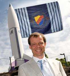 När Fuglesang får välja saker att ta med sig ut i rymden är Djurgårdsflaggan given. Foto: Scanpix