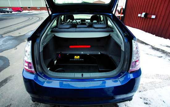 Batterilåda, laddare och styrsystem monteras under bagageutrymmet.