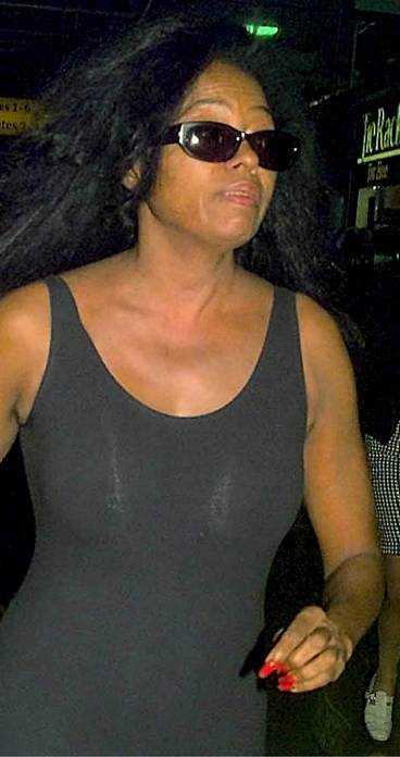 HUMÖRET SVÄNGDE Diana Ross humörsvängningar blev för mycket för hennes anhöriga. Sedan den 21 maj vårdas hon på avvänjningsklinik i Malibu, Kalifornien, för att bli av med sitt sprit- och tablettmissbruk.