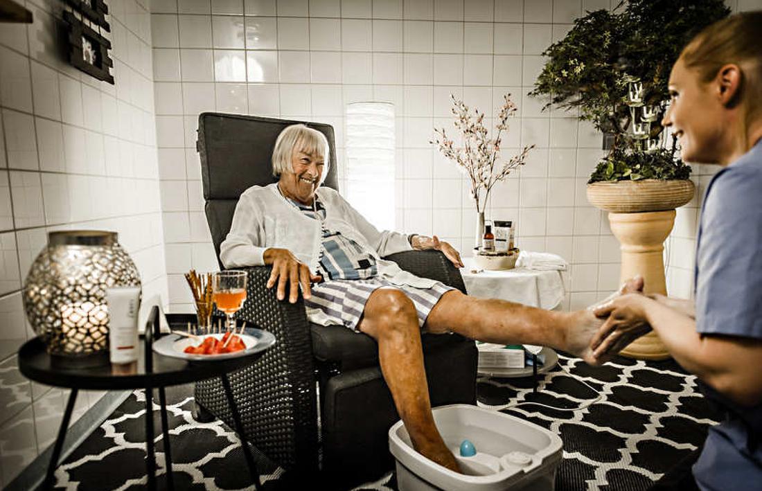 Inga Nymark får fotmassage av undersköterskan Cecilia Astervall på Sofieros seniorcenters nya spa-avdelning.
