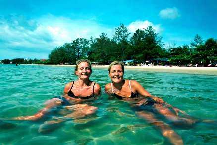Anneli Franzén, 38 år, från Växjö och Nina Rosengren, 35, från Göteborg trivs på Victory Beach i Sihanoukville i Kambodja. Stranden har länge varit en favorit för backpackers, men präglas numera mest av lugn och ro.