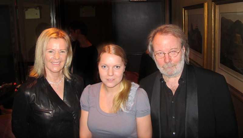 Aftonbladets Carina Bergfeldt med Anni-Frid och Benny.