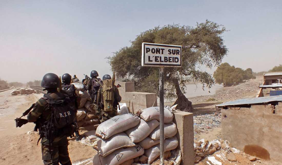 Kamerunska soldater vid vägspärr letar efter anhängare till terrorgruppen Boko Haram. Arkivbild.