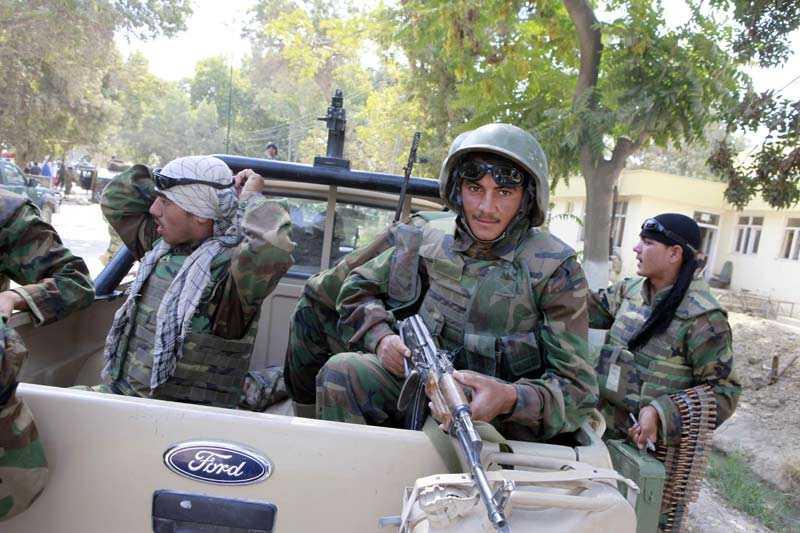 En afghansk soldat från 209 Armekåren i Mazar-e-Sharif väntar på avfärd för patrull i Balkh distriktet.
