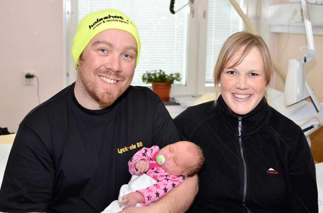 Kenneth Andersson och Sara Liljekvist med sin nyfödda dotter.
