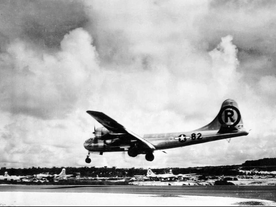 Landar Bilden visar när planet Enola Gay går ner för landning, efter att ha släppt bomben över Hiroshima.